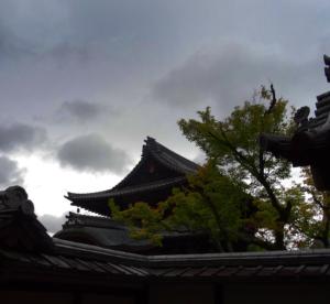 8 czarne chmury nad Kyoto